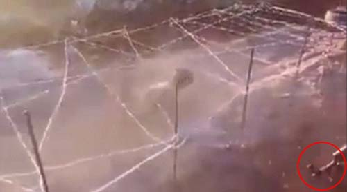 Video: IS huấn luyện bé 6 tuổi bò dưới làn đạn AK47 - 1