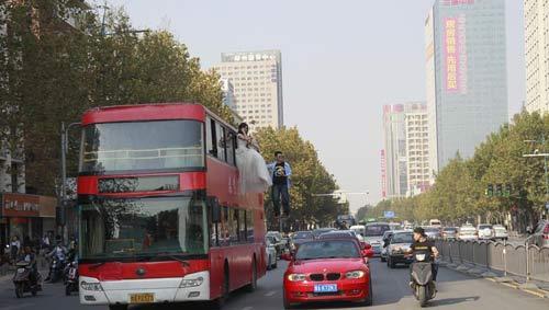 Cô gái mặc váy cưới treo mình lơ lửng trên xe buýt - 2