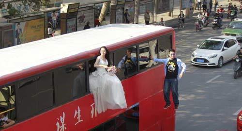 Cô gái mặc váy cưới treo mình lơ lửng trên xe buýt - 3
