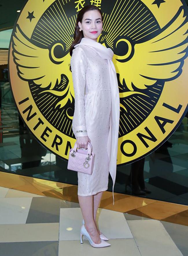 Hồ Ngọc Hà và chiếc túi Dior hồng có giá dao động từ 80 đến hơn 100 triệu đồng tùy kích cỡ