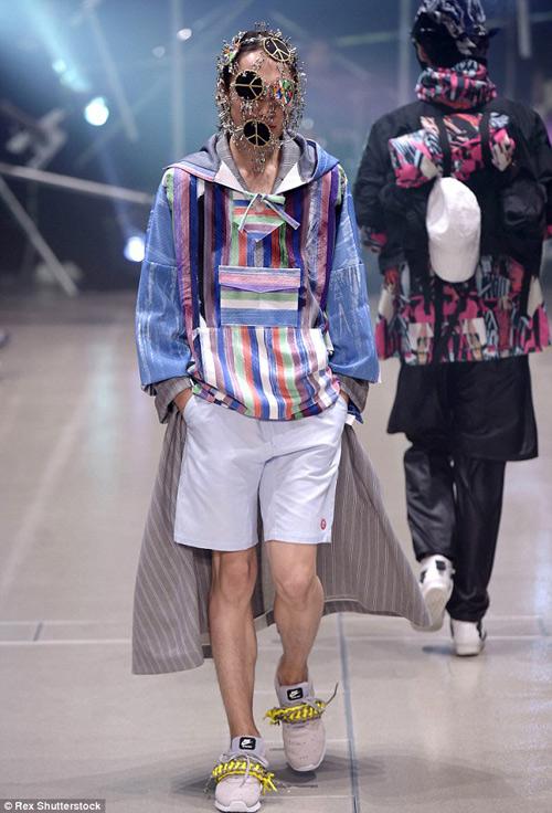 Người mẫu gắn kín kim băng vào mặt lên sàn diễn Tokyo - 4