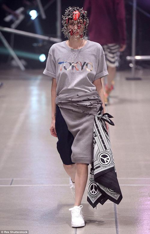 Người mẫu gắn kín kim băng vào mặt lên sàn diễn Tokyo - 3