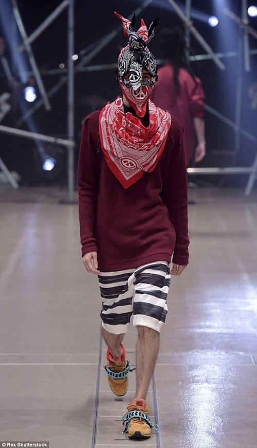 Người mẫu gắn kín kim băng vào mặt lên sàn diễn Tokyo - 7