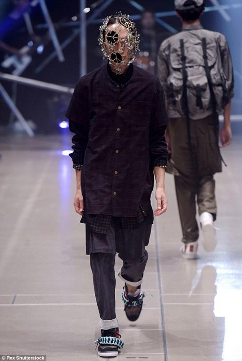 Người mẫu gắn kín kim băng vào mặt lên sàn diễn Tokyo - 5
