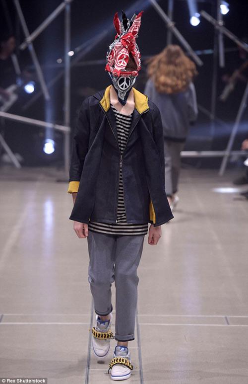 Người mẫu gắn kín kim băng vào mặt lên sàn diễn Tokyo - 6