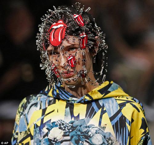 Người mẫu gắn kín kim băng vào mặt lên sàn diễn Tokyo - 1