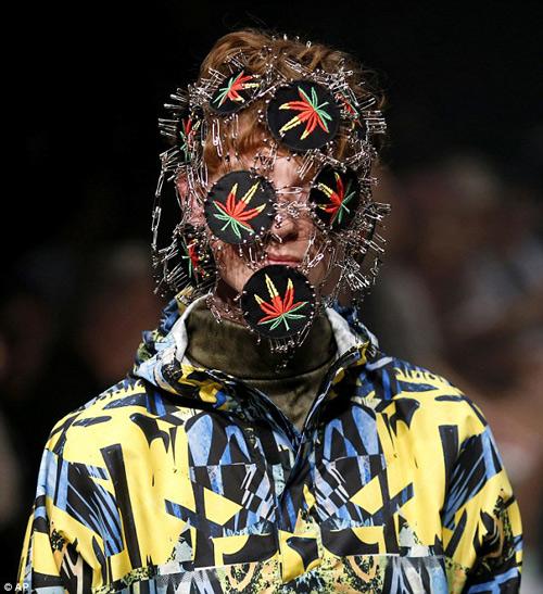 Người mẫu gắn kín kim băng vào mặt lên sàn diễn Tokyo - 2