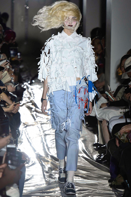 Người mẫu gắn kín kim băng vào mặt lên sàn diễn Tokyo - 8