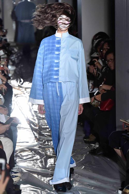 Người mẫu gắn kín kim băng vào mặt lên sàn diễn Tokyo - 10