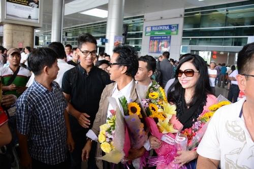 Chế Linh bị fan vây kín khi vừa trở về Sài Gòn - 1