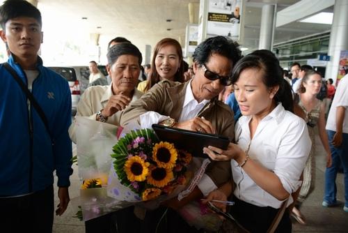 Chế Linh bị fan vây kín khi vừa trở về Sài Gòn - 7