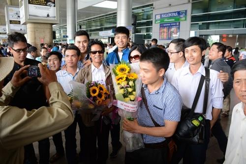 Chế Linh bị fan vây kín khi vừa trở về Sài Gòn - 2