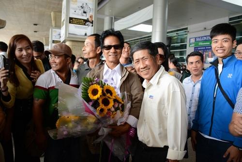 Chế Linh bị fan vây kín khi vừa trở về Sài Gòn - 3