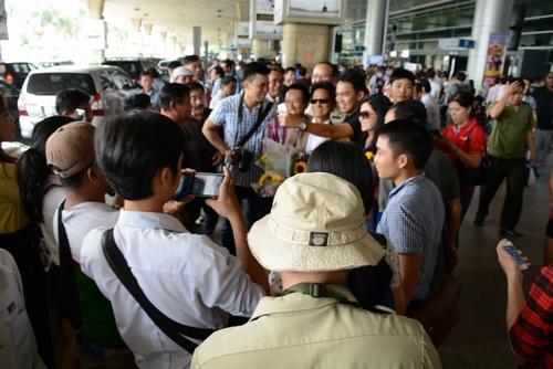 Chế Linh bị fan vây kín khi vừa trở về Sài Gòn - 4