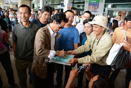 Chế Linh bị fan vây kín khi vừa trở về Sài Gòn - 5
