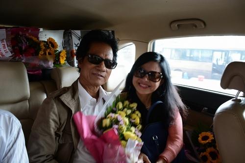 Chế Linh bị fan vây kín khi vừa trở về Sài Gòn - 8