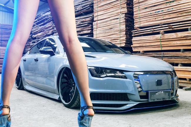 Chân dài tự tin đối diện chiếc Audi A7 cáu cạnh