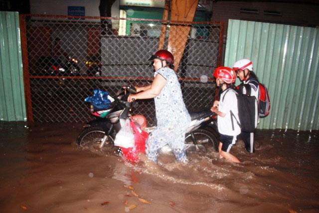 Mưa chớp nhoáng 30 phút, người Sài Gòn đã lội nước - 3