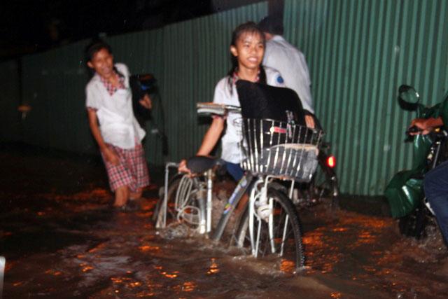 Mưa chớp nhoáng 30 phút, người Sài Gòn đã lội nước - 4