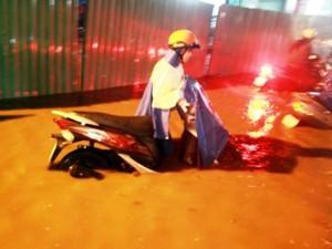 Tin tức trong ngày - Mưa chớp nhoáng 30 phút, người Sài Gòn đã lội nước