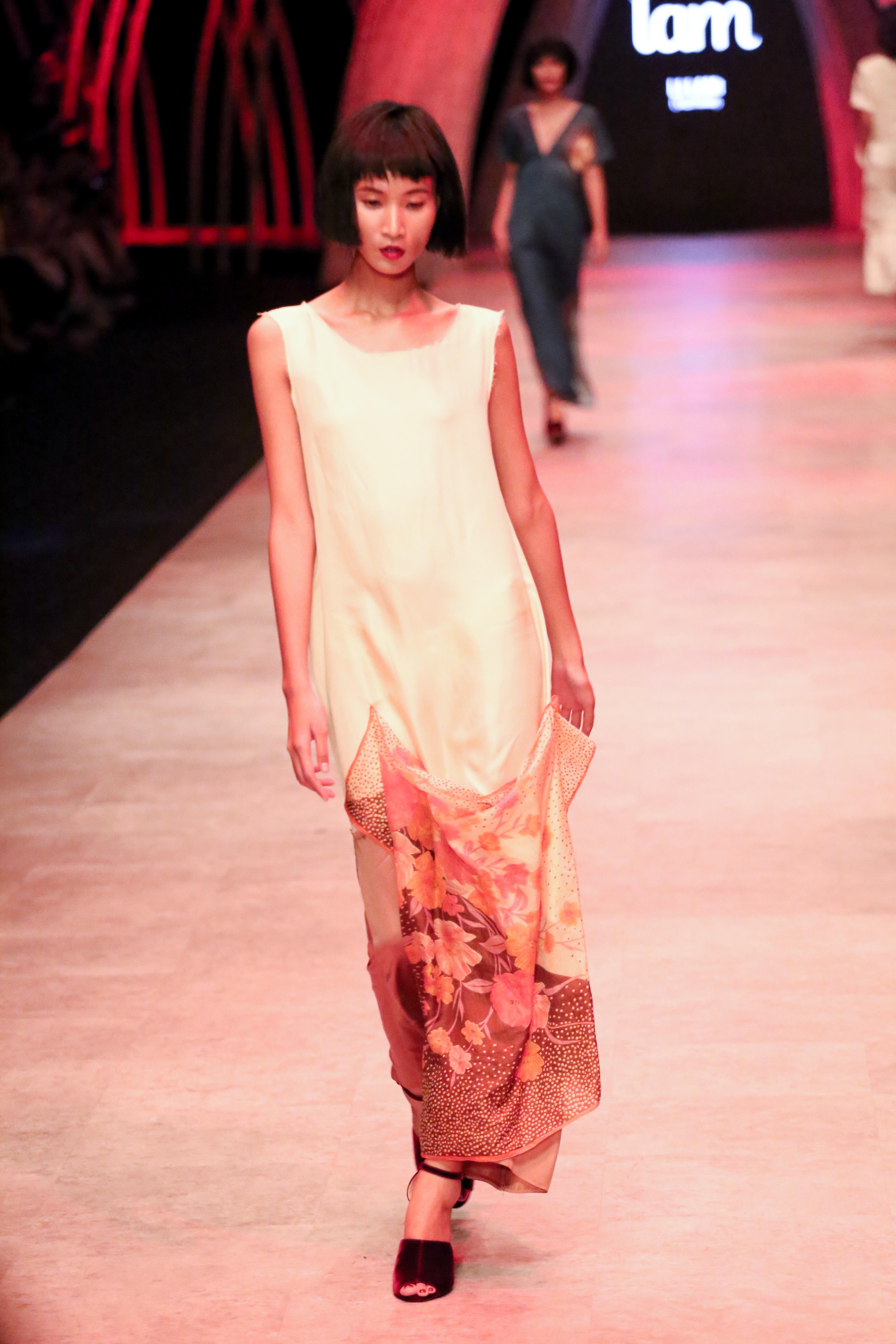 Trầm trồ xem người mẫu Việt bị trói tay đi catwalk - 1