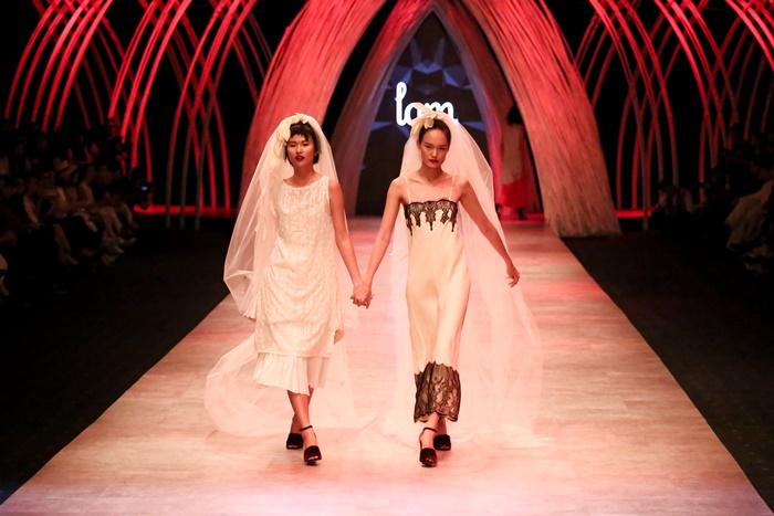 Trầm trồ xem người mẫu Việt bị trói tay đi catwalk - 3