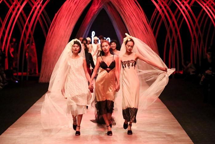 Trầm trồ xem người mẫu Việt bị trói tay đi catwalk - 4