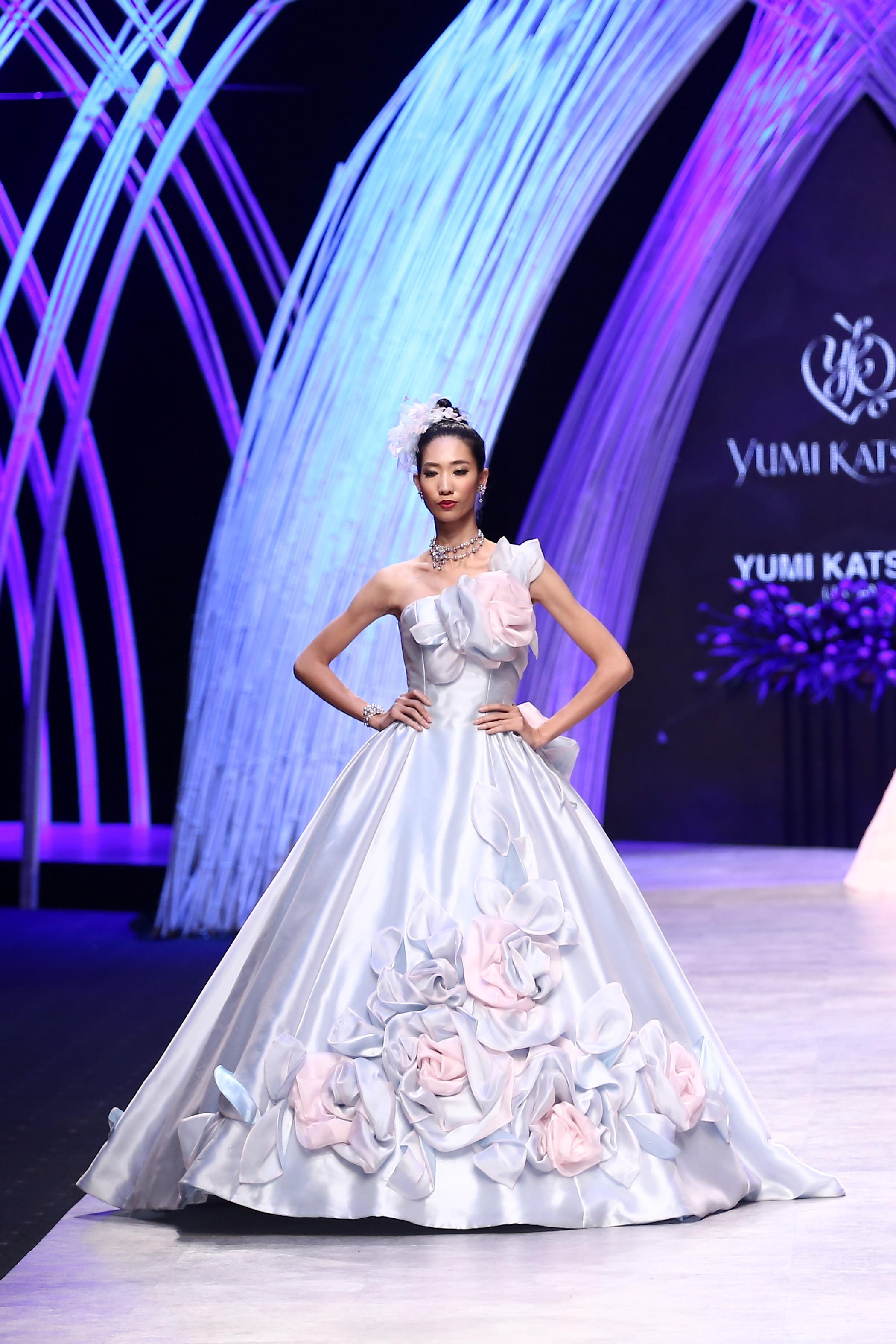 Trầm trồ xem người mẫu Việt bị trói tay đi catwalk - 5