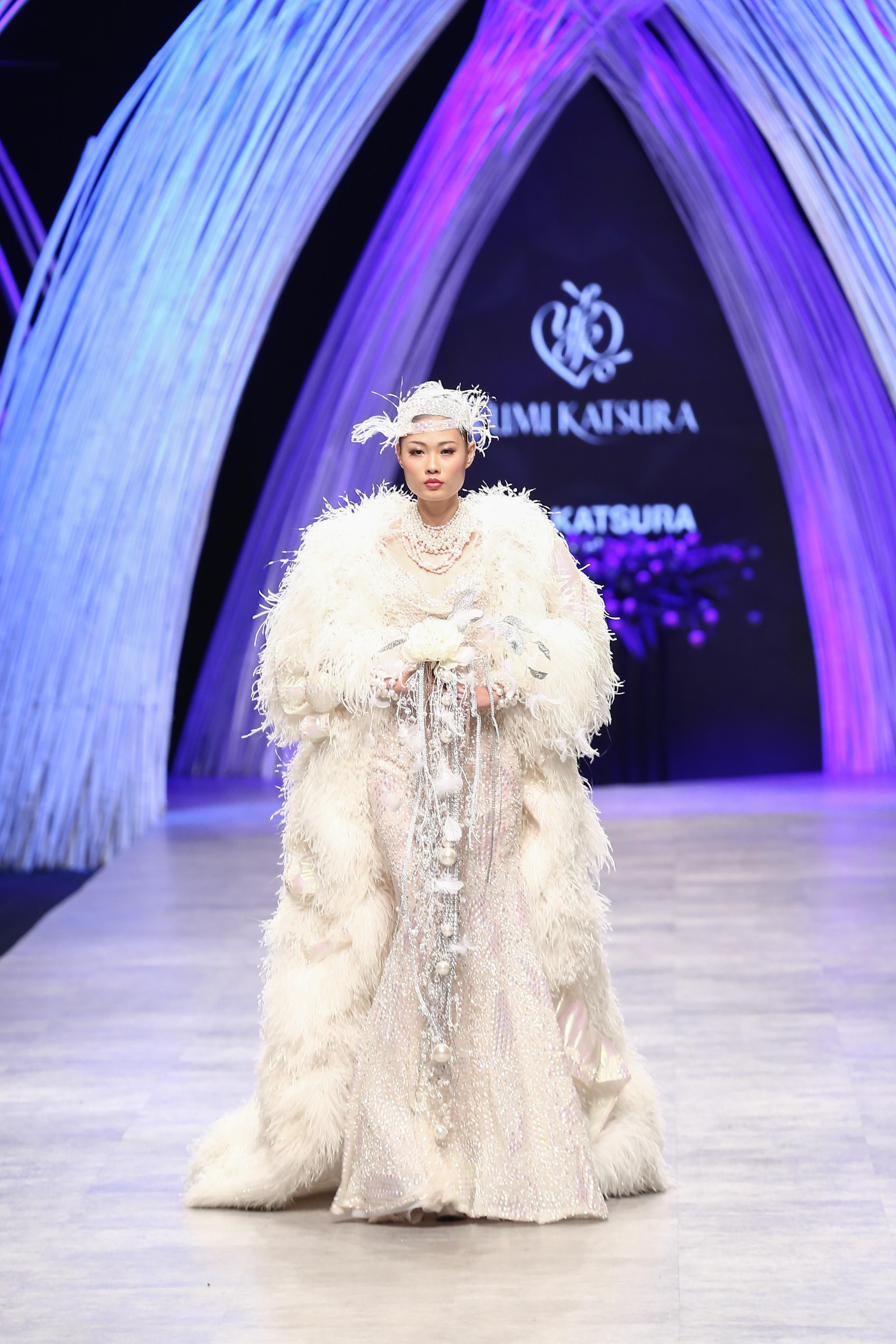 Trầm trồ xem người mẫu Việt bị trói tay đi catwalk - 7