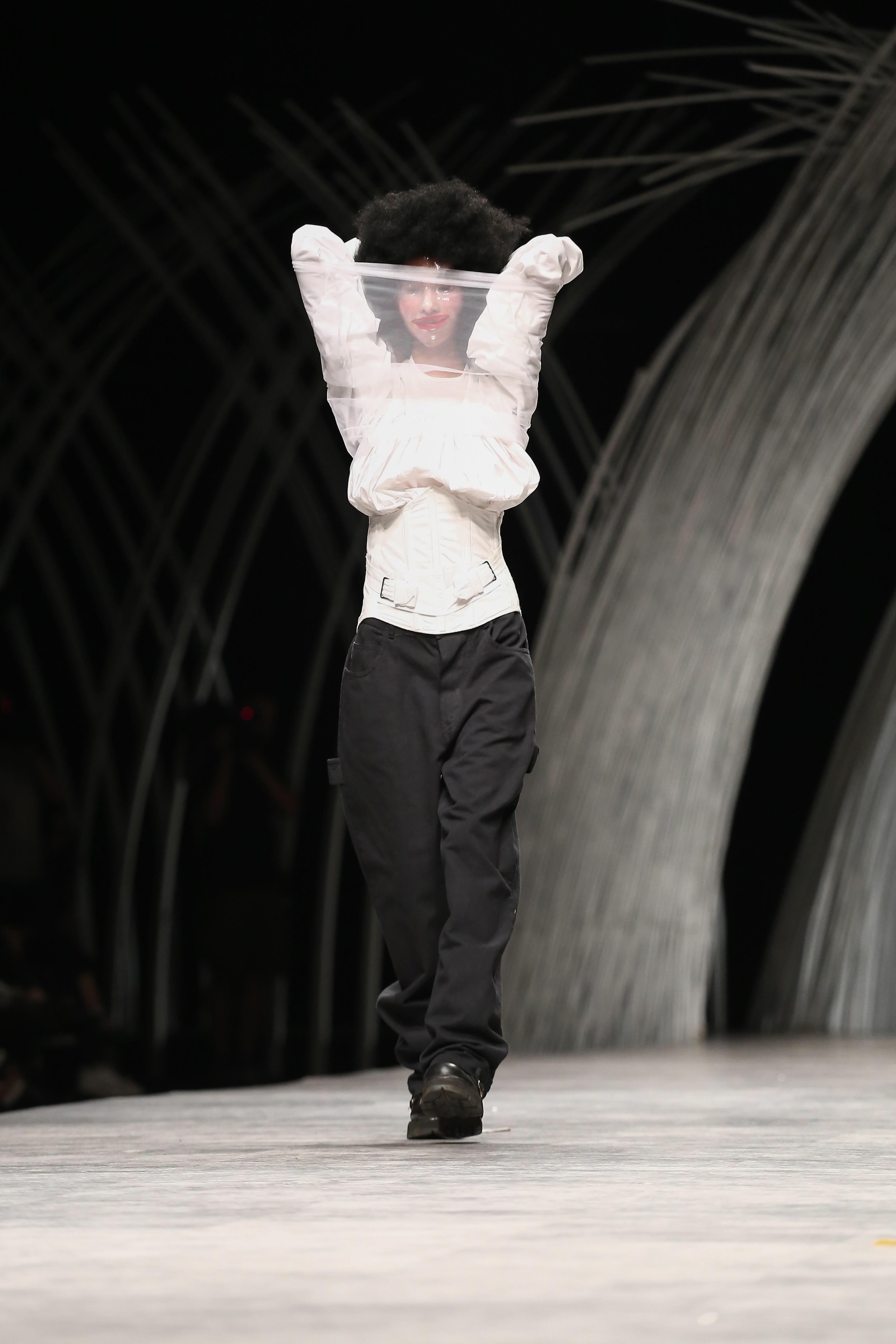 Trầm trồ xem người mẫu Việt bị trói tay đi catwalk - 10