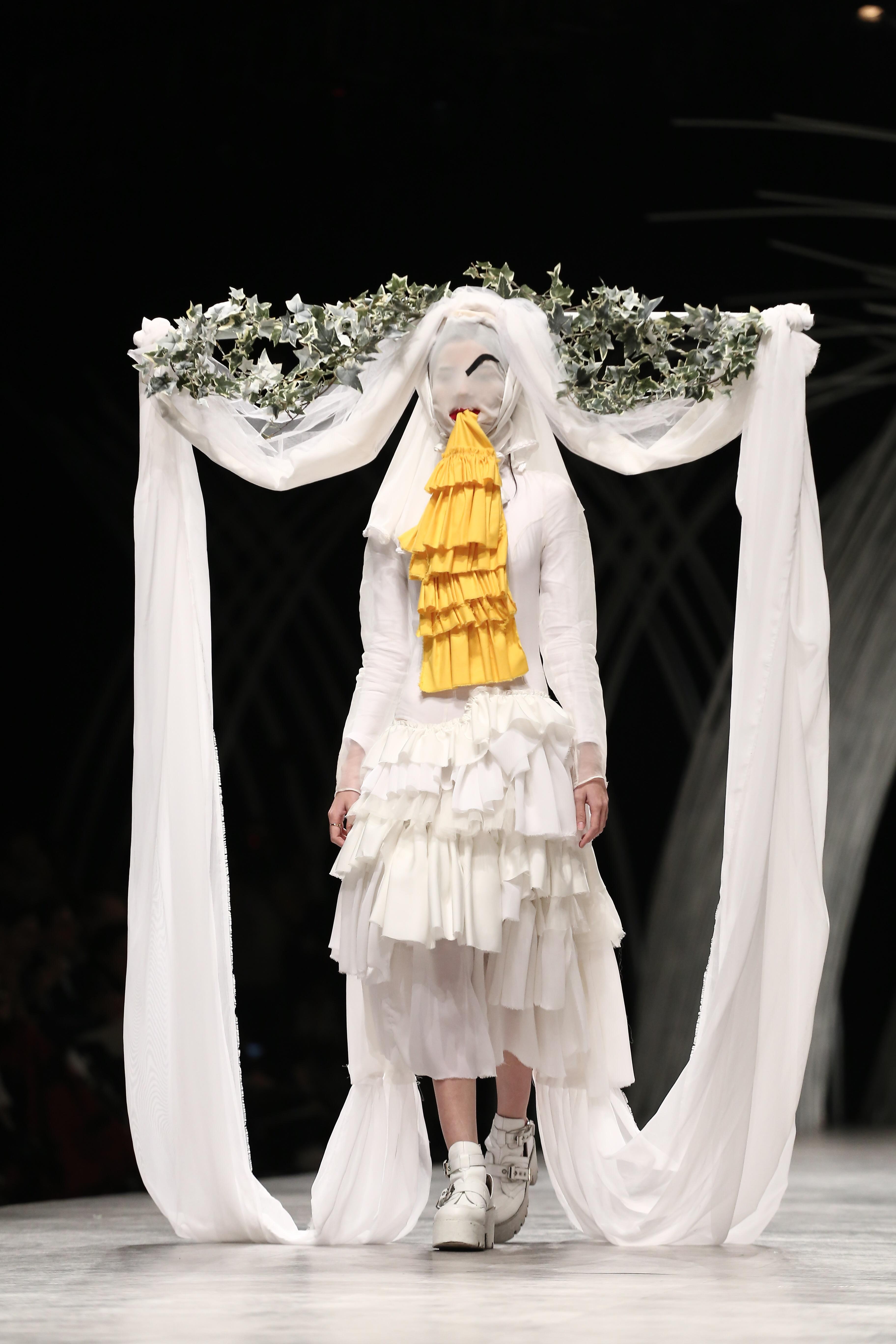 Trầm trồ xem người mẫu Việt bị trói tay đi catwalk - 11