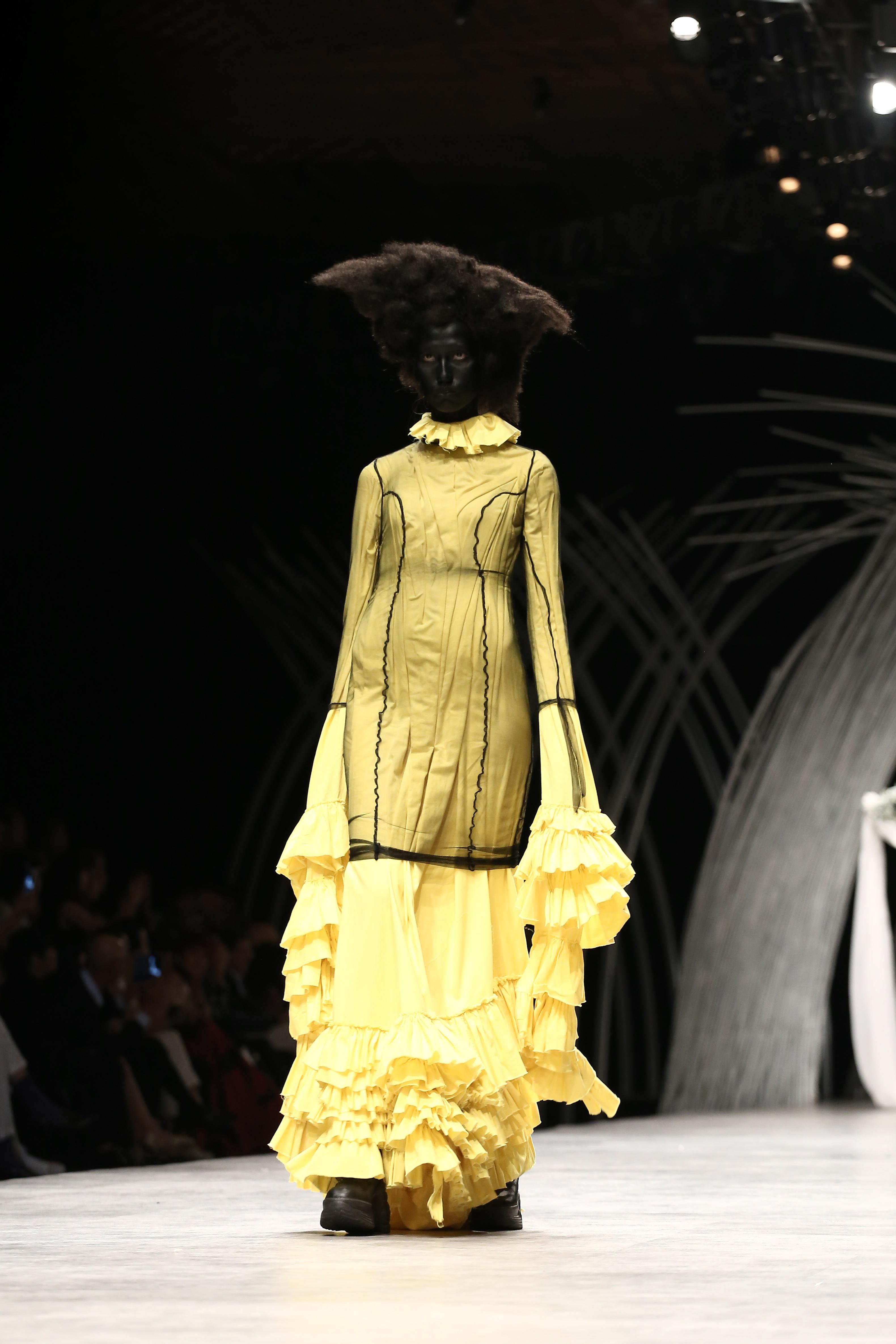 Trầm trồ xem người mẫu Việt bị trói tay đi catwalk - 12