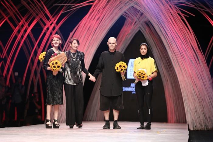 Trầm trồ xem người mẫu Việt bị trói tay đi catwalk - 13
