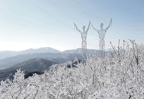 Ý tưởng táo bạo: Biến cột điện thành tượng khổng lồ - 1