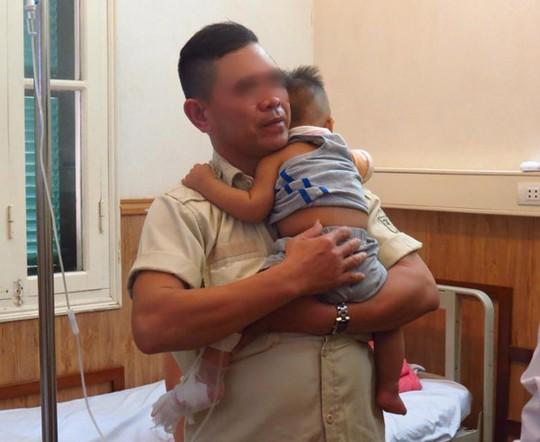 Bé trai 10 tháng văng khỏi xe máy, bị ôtô chở rác cán - 1