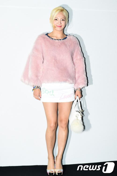 """Mỹ nữ khoe lưng, """"giấu quần"""" ở tuần thời trang Seoul - 9"""