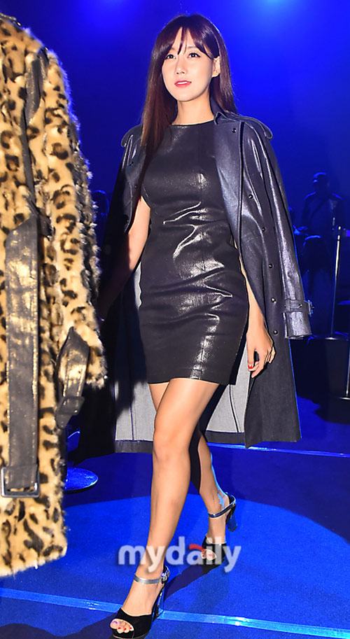 """Mỹ nữ khoe lưng, """"giấu quần"""" ở tuần thời trang Seoul - 12"""