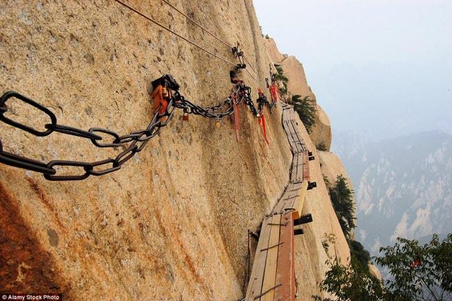 Bạn chắc chắn phải có thần kinh thép mới dám đi trên con đường nhỏ được xây dựng trên vách núi dựng đứng này ở núi Hoa, Trung Quốc.