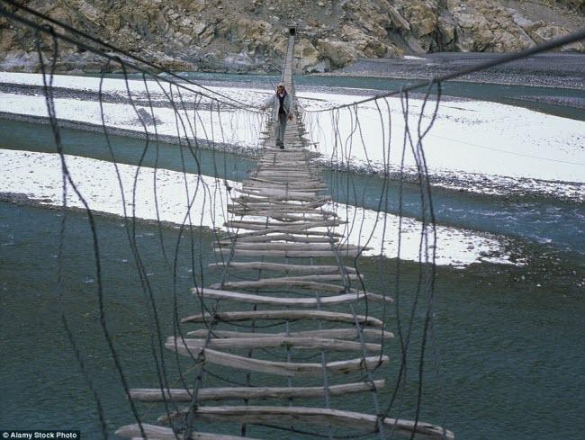 Cây cầu treo Hussaini bắc qua sông Hunza ở vùng núi Karakoram của Pakistan được làm từ dây thép và nhiều mảnh gỗ.