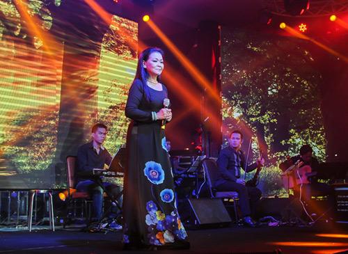 Khánh Ly xúc động khi hát tại quê hương chồng quá cố - 5