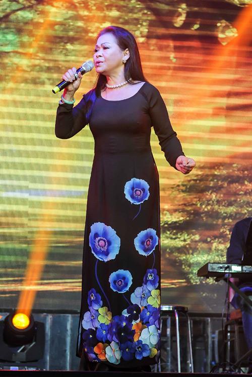 Khánh Ly xúc động khi hát tại quê hương chồng quá cố - 1