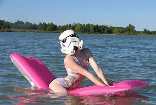 Đi tắm biển mà ngụy trang kinh quá.