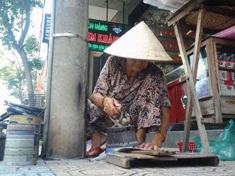 Cụ bà 75 tuổi và nghề ép giấy bằng bàn ủi con gà - 1