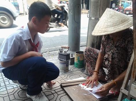 Cụ bà 75 tuổi và nghề ép giấy bằng bàn ủi con gà - 10
