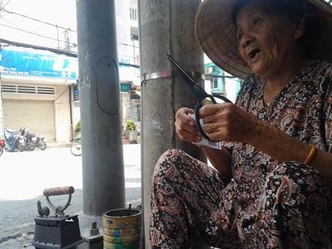 Cụ bà 75 tuổi và nghề ép giấy bằng bàn ủi con gà - 11