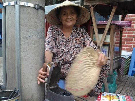 Cụ bà 75 tuổi và nghề ép giấy bằng bàn ủi con gà - 4