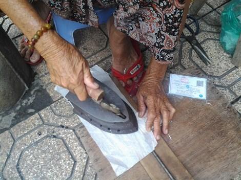 Cụ bà 75 tuổi và nghề ép giấy bằng bàn ủi con gà - 5