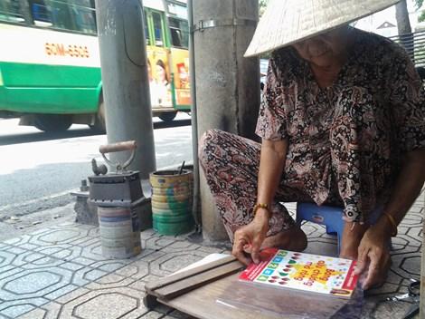 Cụ bà 75 tuổi và nghề ép giấy bằng bàn ủi con gà - 7