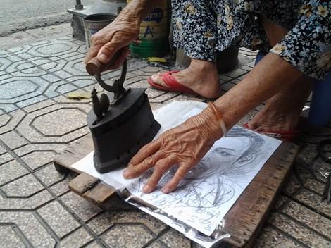 Cụ bà 75 tuổi và nghề ép giấy bằng bàn ủi con gà - 8