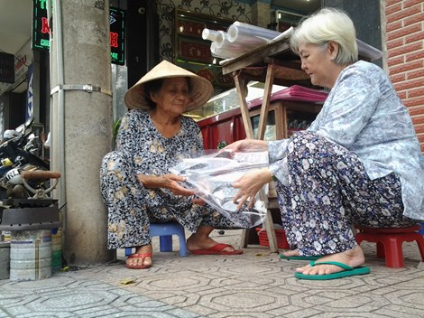 Cụ bà 75 tuổi và nghề ép giấy bằng bàn ủi con gà - 9